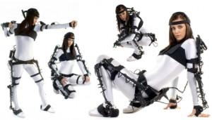 Actriz vistiendo un traje electromecánico, en diferentes posiciones. (http://goo.gl/1qu2QD).